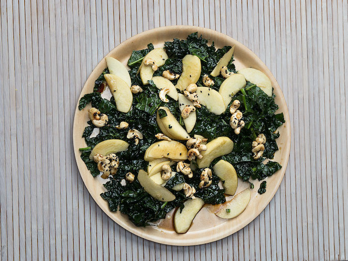 salade composée facile et originale avec chou frisé et des pommes garni de noix sur une nappe en papier