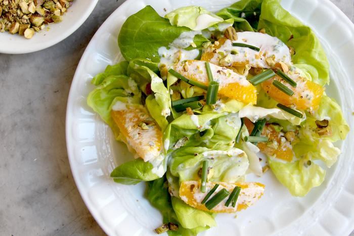 salade composee facile et originale avec de la cibouille et des oranges une assiette de noix a cote