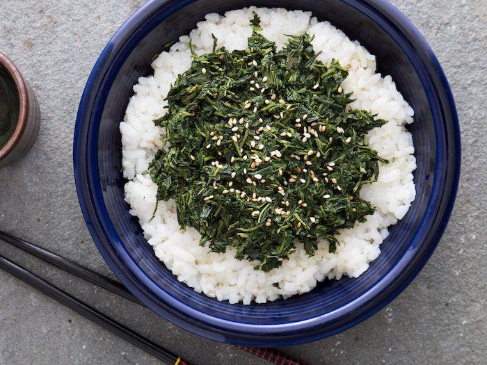 salade composee facile et originale avec du riz des algues et des sesames recette japponnaise