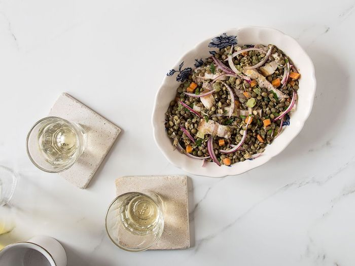 salade d hiver avec des lentilles et du porc une version de salade lyonnaise servie avec vin blanc