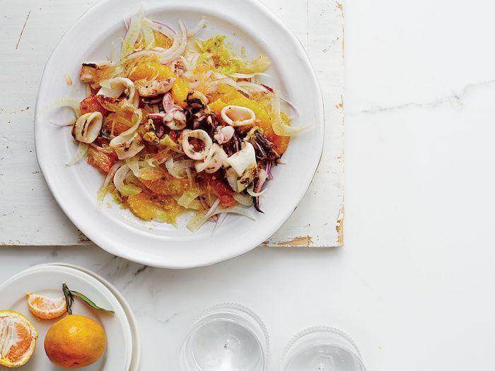 salade d orange avec des calamars et fenouil recette gourmet servi sur une table en marbre