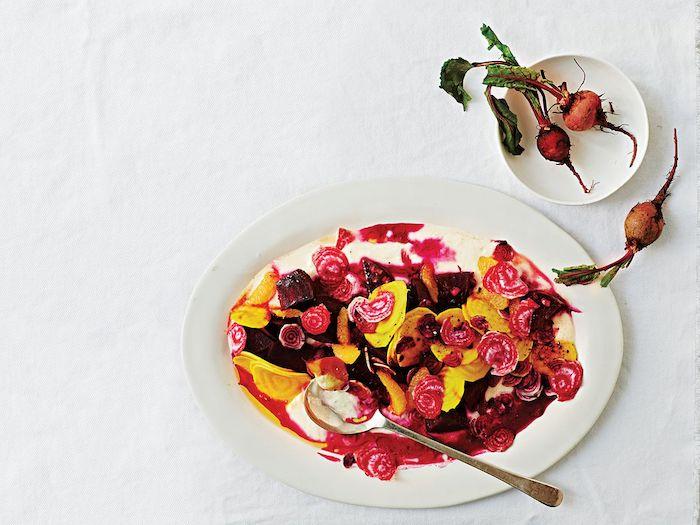 salade de betteraves avec des radis et d autres legumes racines garni avec vinaigrette de yaourt
