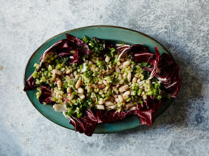 salade de chou rouge avec de persil hache et gruau dans une assiette en forme d elipse