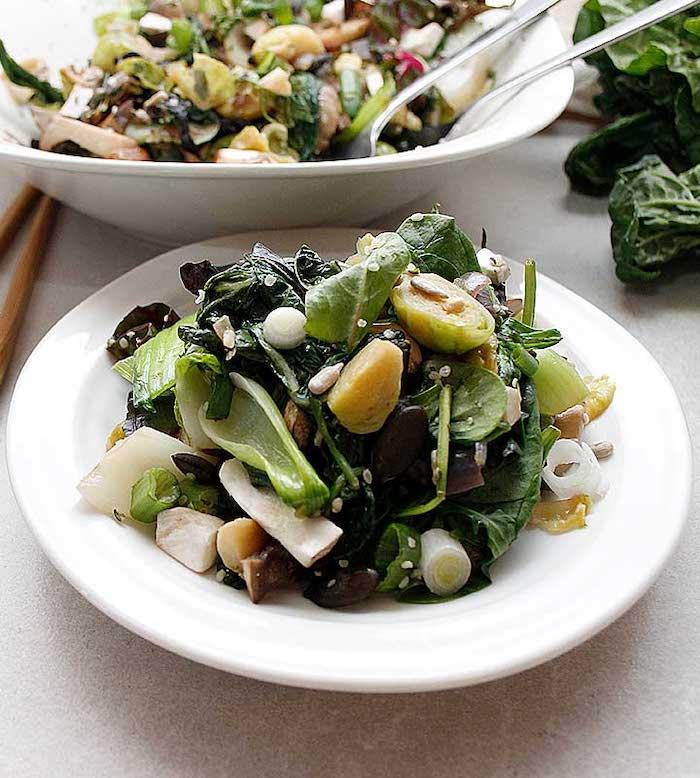 salade de quinoa avec des epinards et des endives deux bols pleins avec des baguettes asiatiques a cote salade d'hiver