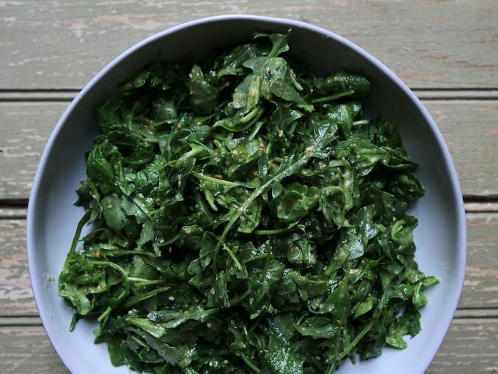 salade facile et originale avec de la roquette et des graines arosee d une vinaigrette faite maison