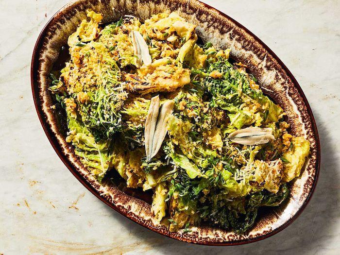 salade se saison avec des broccollis et du poulet dans un bol elipse ceramique