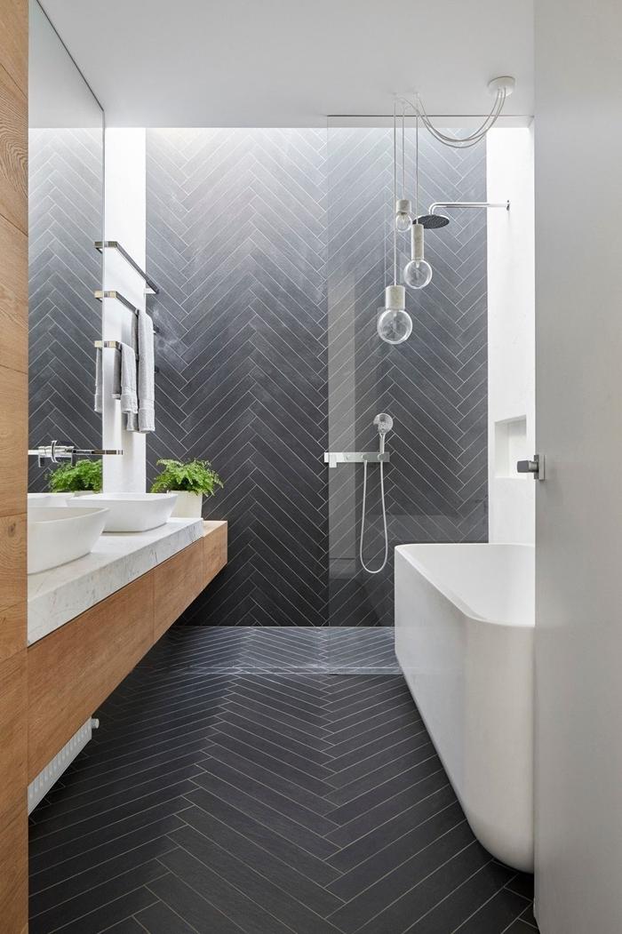 salle de bain douche et baignoire blanche cabine de douche italienne verre lampe suspendue meuble évier bois