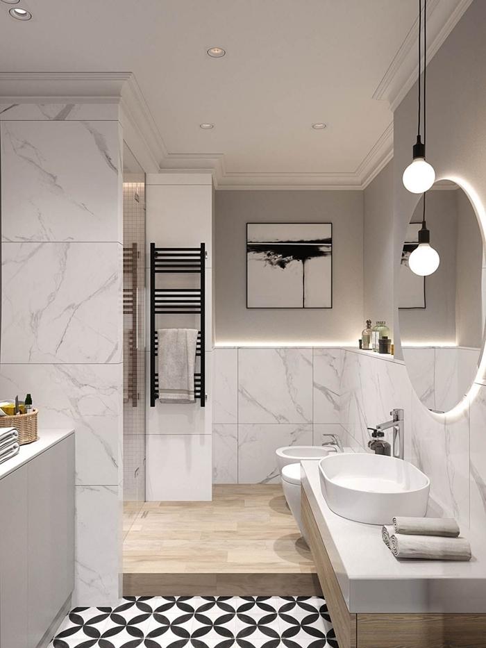 salle de bain en longueur décoration style moderne carrelage marbre miroir led rond lampe suspendue
