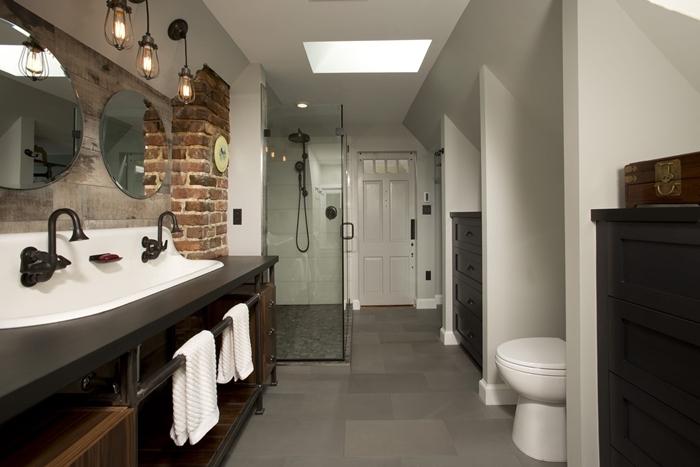 salle de bain italienne petite surface décoration blanc et noir mat mur briques rouges style industriel lampe métal