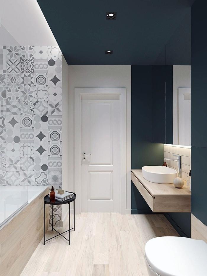 salle de bain moderne petit espace évier meuble bois minimaliste cuvette wc suspendue baignoire blanc et bois
