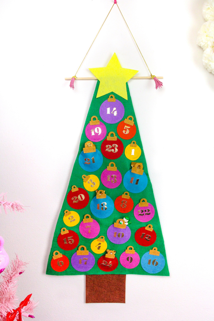 sapin feutrine fabriquer sapin de noel calendrier de l avent à fabriquer en maternelle avec de la feutrine couleurs variées et de mini surprises bonbons figurines