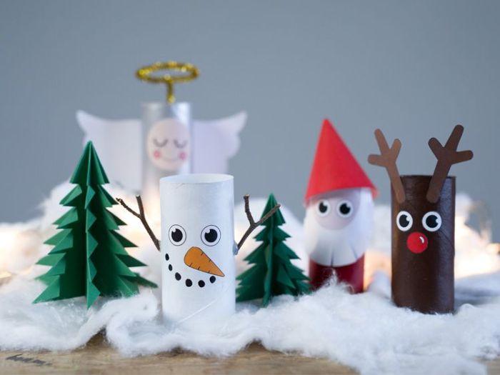 scene de noel avec des personnages de noel en rouleaux de papier toilette pere noel rudolphe le renne bonhomme de neige sapin de noel papier