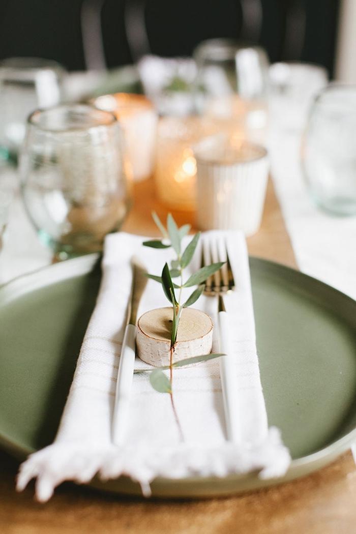 serviette blanche franges rondelle bois brin verdure couvercle décoration de table de noël bougie style minimaliste