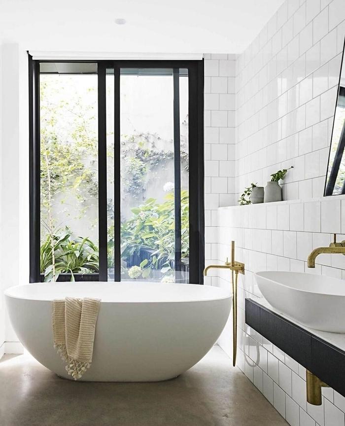 serviette de bain beige franges petite salle de bain avec baignoire autoportante blanche robinet laiton