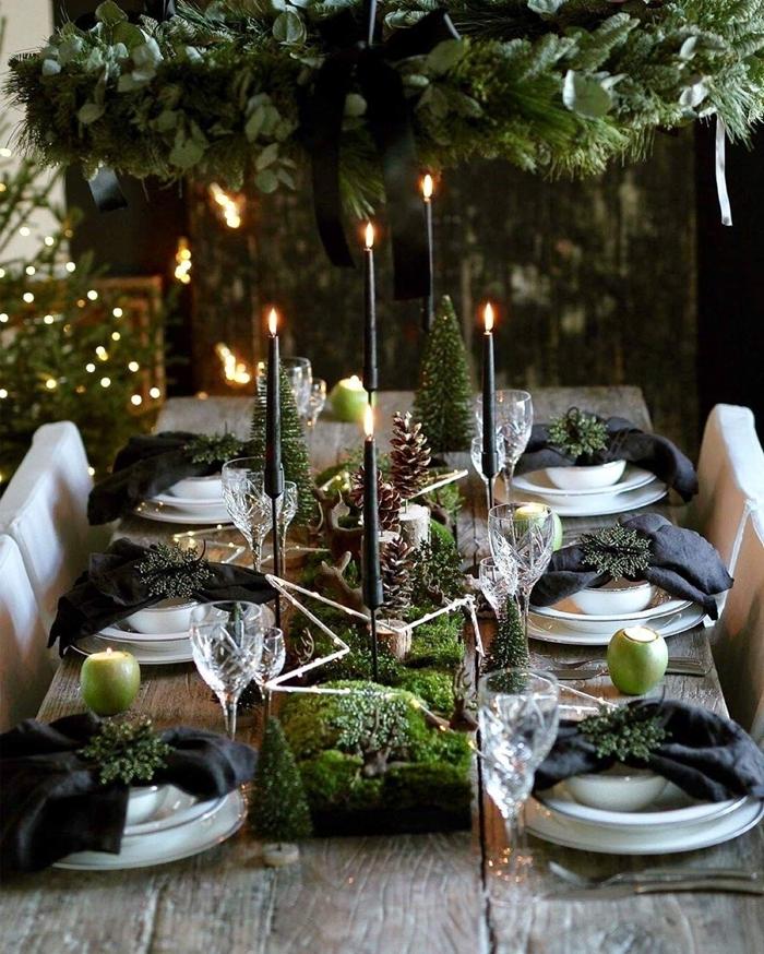 serviette noire pliage pinterest deco noel en noir et vert suspension verdure rubans noirs bougies verres pommes