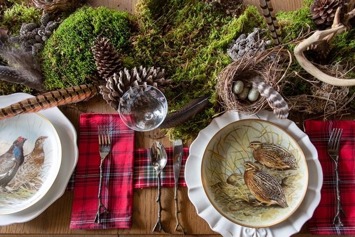 serviette rouge motifs carreaux centre table matériaux nature mousse pommes pin deco de table pour noel fait maison