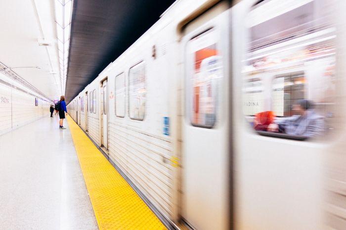 station de metro femme qui montе dans le vagon