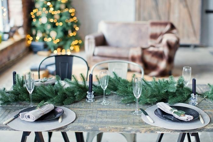 table bois brut déco rustique style minimaliste verre champagne centre de table noel assiette ronde noire serviette blanche