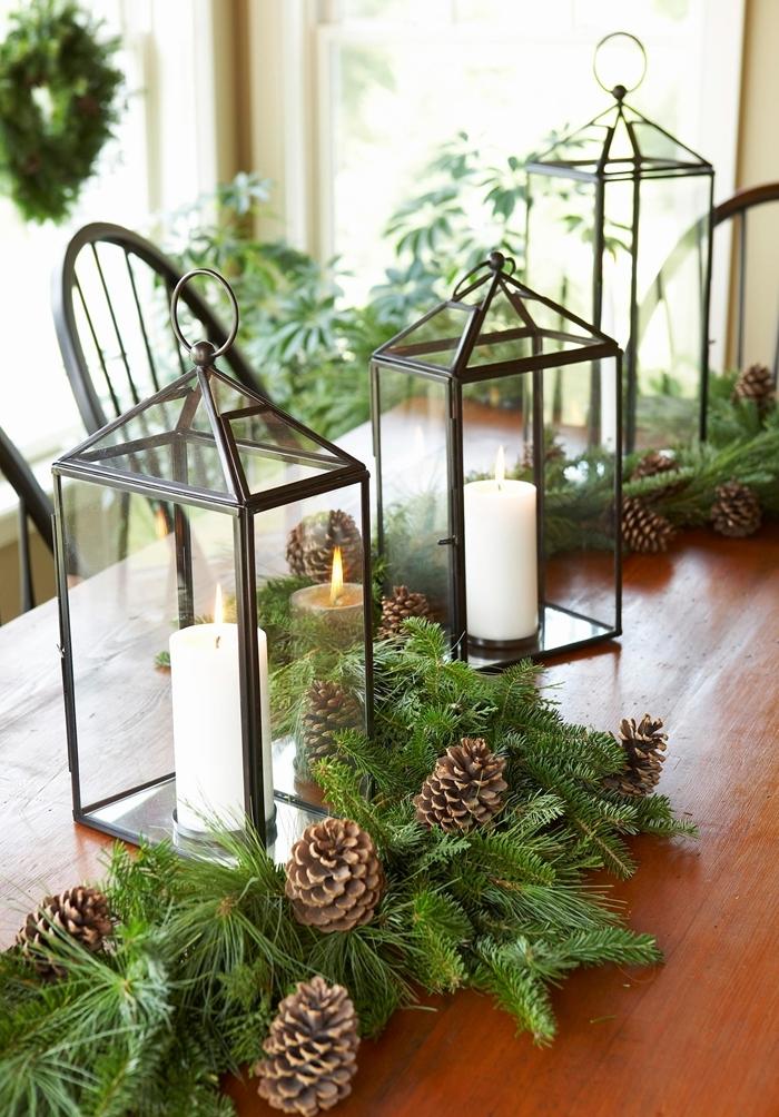 table bois centre de table diy avec pommes de pin et branches de sapin deco table de noel lanterne métal