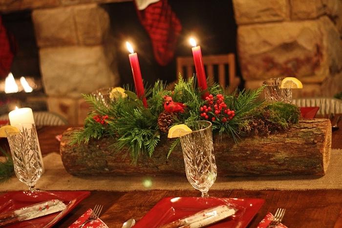 table bois cheminée pierre chaussette rouge noel table de noel traditionnelle bougies rouges verdure verres