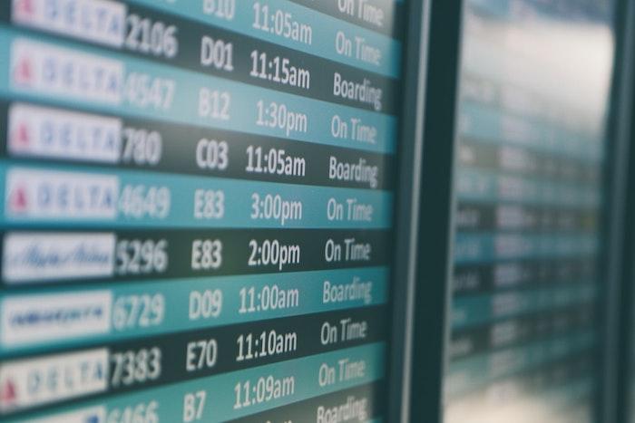tableau avec les departures dans un aéroport