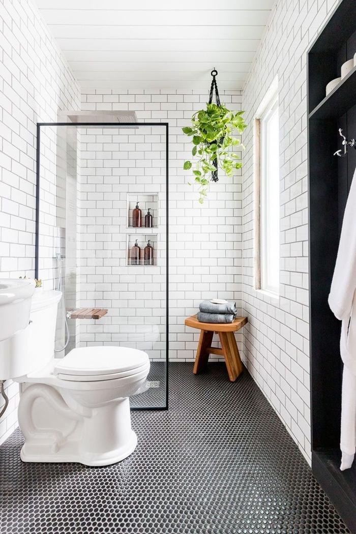 tabouret bois suspension plante verte carrelage blanc rangement serviette panneaux bois aménager petite salle de bain