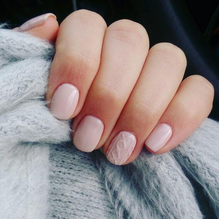 technique décoration ongles pull over tendance ongles en gel couleur de base nude ongles courts manucure
