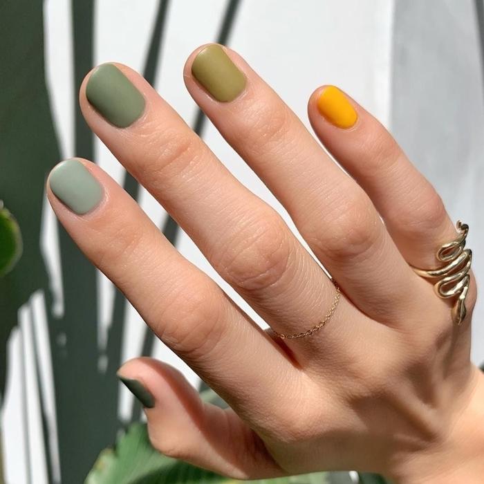 technique manucure mix and match vernis de nuances vertes et jaune tendance couleur ongle hiver jaune cheddar