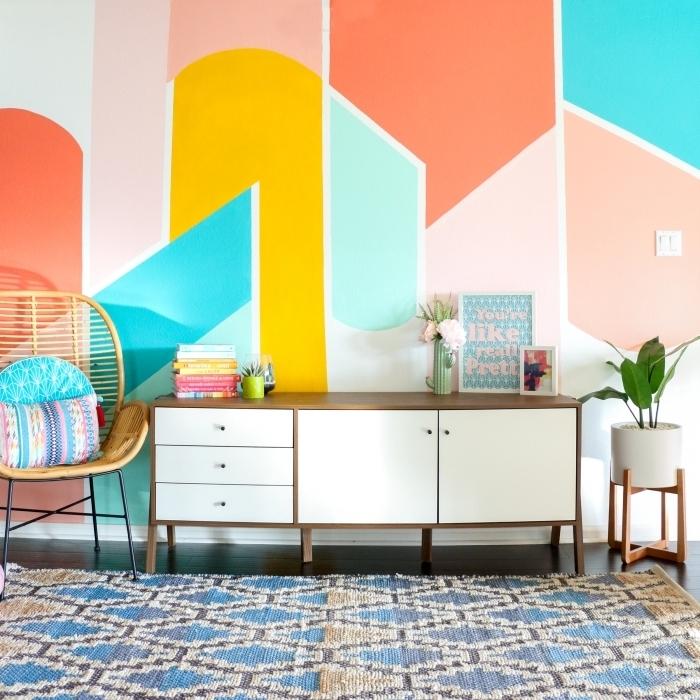 tendance peinture triangle salon formes géométriques meubles blanc et bois foncé chaise rotin pot fleur blanc plante verte intérieur