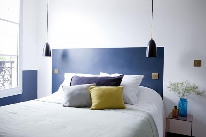 tete de lit peinture bleu lampe suspendue coussins décoratifs table de chevet bouquet fleurs séchées vase transparent bleu