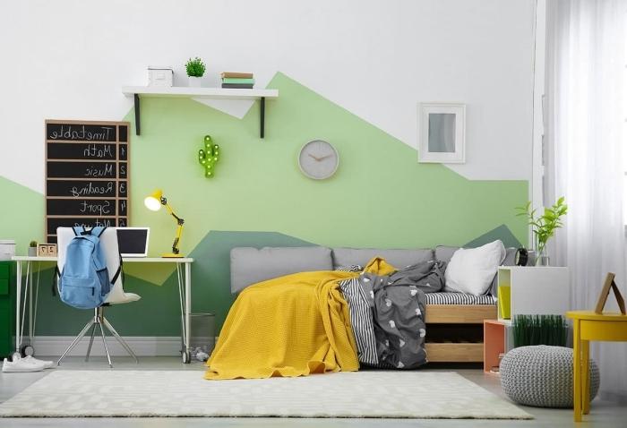 tete de lit peinture nuances de vert tendance décoration intérieur chambre étudiant bureau blanc lampe bureau jaune pouf crochet