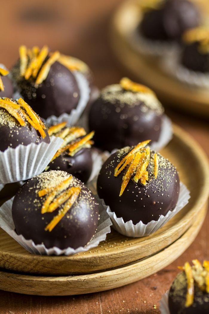 truffes vegan au chocolat enrobés de chocolat avec décoration d écorce d orange et de la poudre dorée comestible