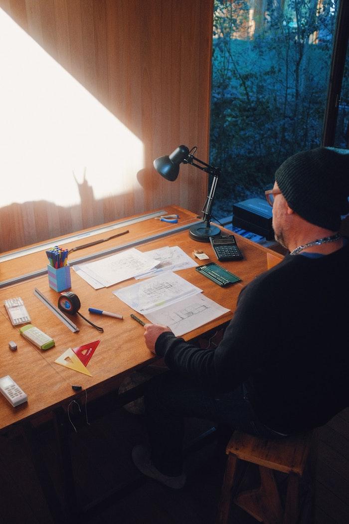un architecte qui cree son portfolio sur un bureau renovation d une maison