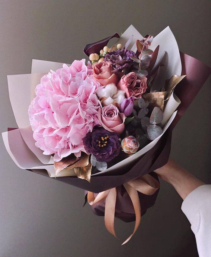 un bouquet magnfique avec des roses violets cadeau anniversaire femme 25 ans
