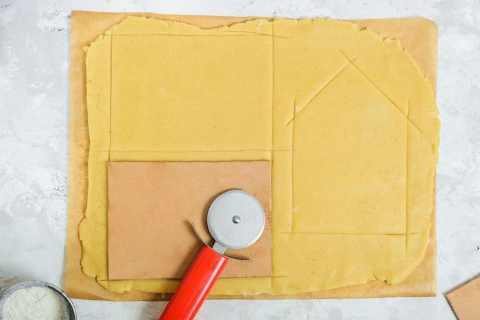 un couteau rond pour pizza decouper les parties pour une maison en pain d épices de pate