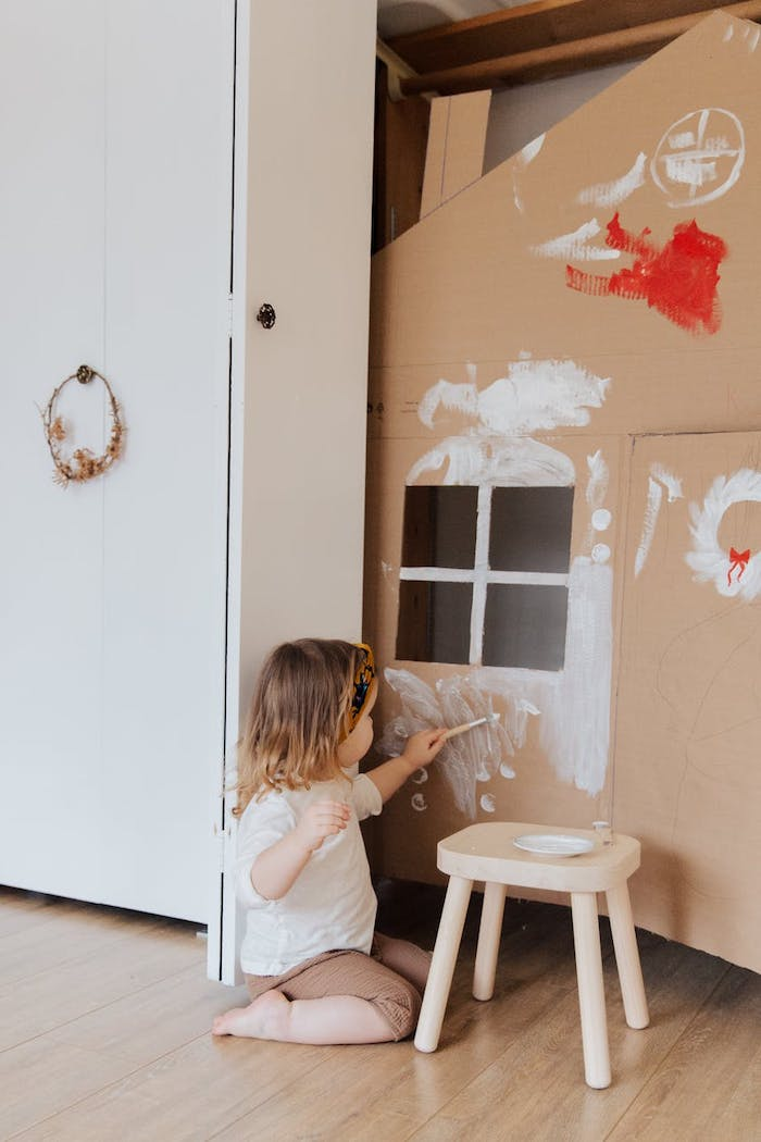 un enfant qui dessine au mur assurance habitation multirisque pour renover une maison