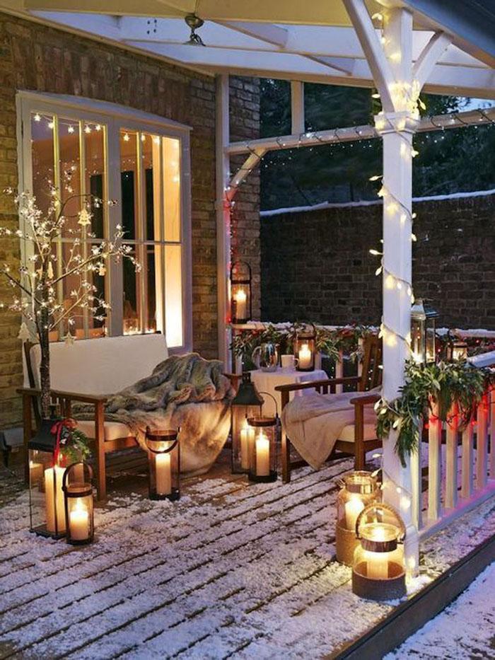 un espace devant la maison creer un coin coocooning de noel avec des bougies dans des bocaux et des lumieres