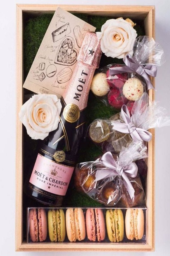 une boite cadeaux d anniversaire en confinement avec des macarons champagne et des fleurs cadeau d'anniversaire en confinement