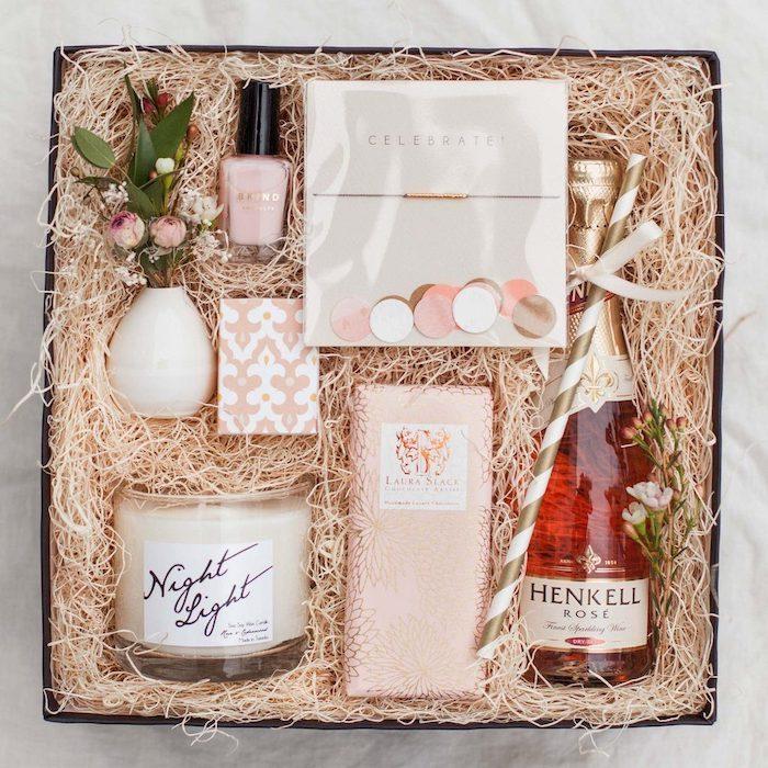 une boite d anniversaire avec des produits de detente une bouteille de vin bougie et des produits de beaute idee cadeau d anniversaire