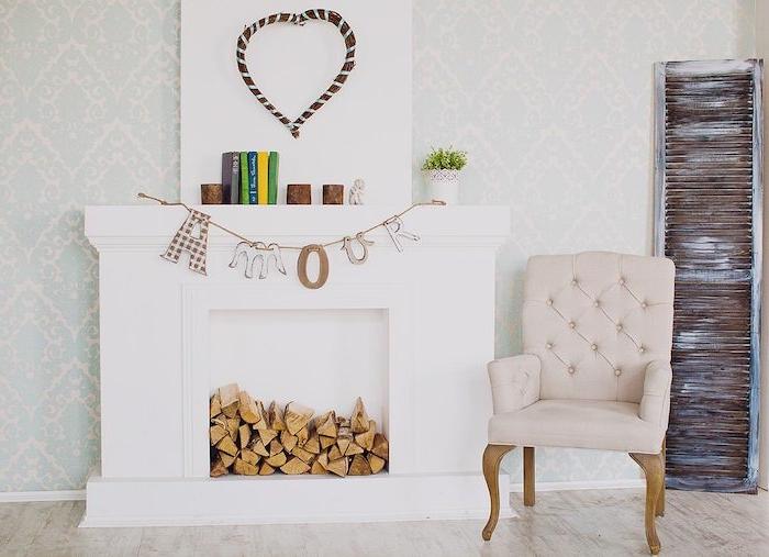 une fausse cheminee pour noe pleine de bois décore de livres et un message tricote