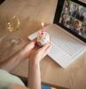 une femme qui fete une anniversaire seule devant l ordinateur que faire le jour de son anniversaire