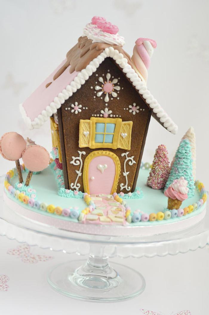 une maison en pain d épice originale avec des figurines en sucre colores idee menu noel