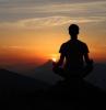 une personne qui fait de la meditation regardant la levee de soileil