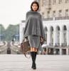 une tenue hiver femme code business poncho gris combinee avec une jupe de la meme couleur