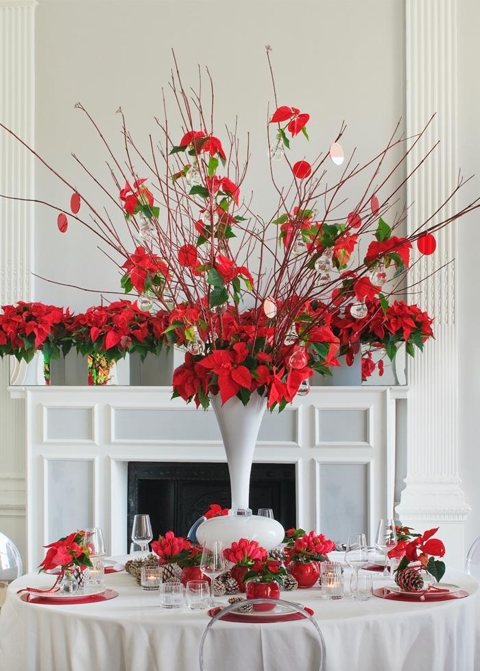 vase blanc cheminée décoration salon noel murs blancs nappe blanche couvercles verres table de noel rouge et or déco table de Noël nature
