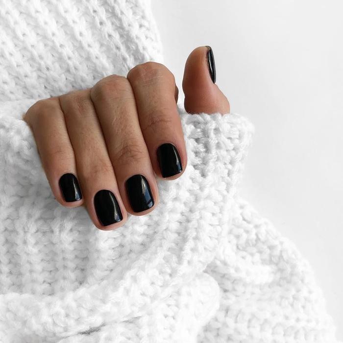 vernis de couleur noire manucure technique gel ongle en gel court lampe uv pull over blanc tendance manucure