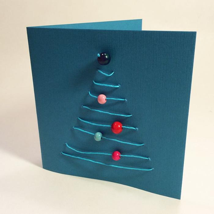 activité noel matenrelle originale carte a faire soi meme papier fil bleu et des boules décoratives colorées