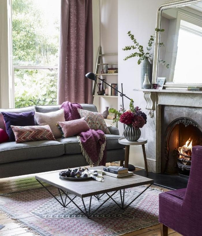 ambiance scandinave avec touches de couleur framboise table basse design tapis oriental cheminée rustique chic