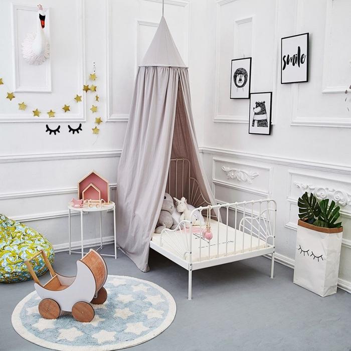 amenagement chambre bebe guirlande etoile papier ciel de lit couleur pastel tapis rond bleu et blanc