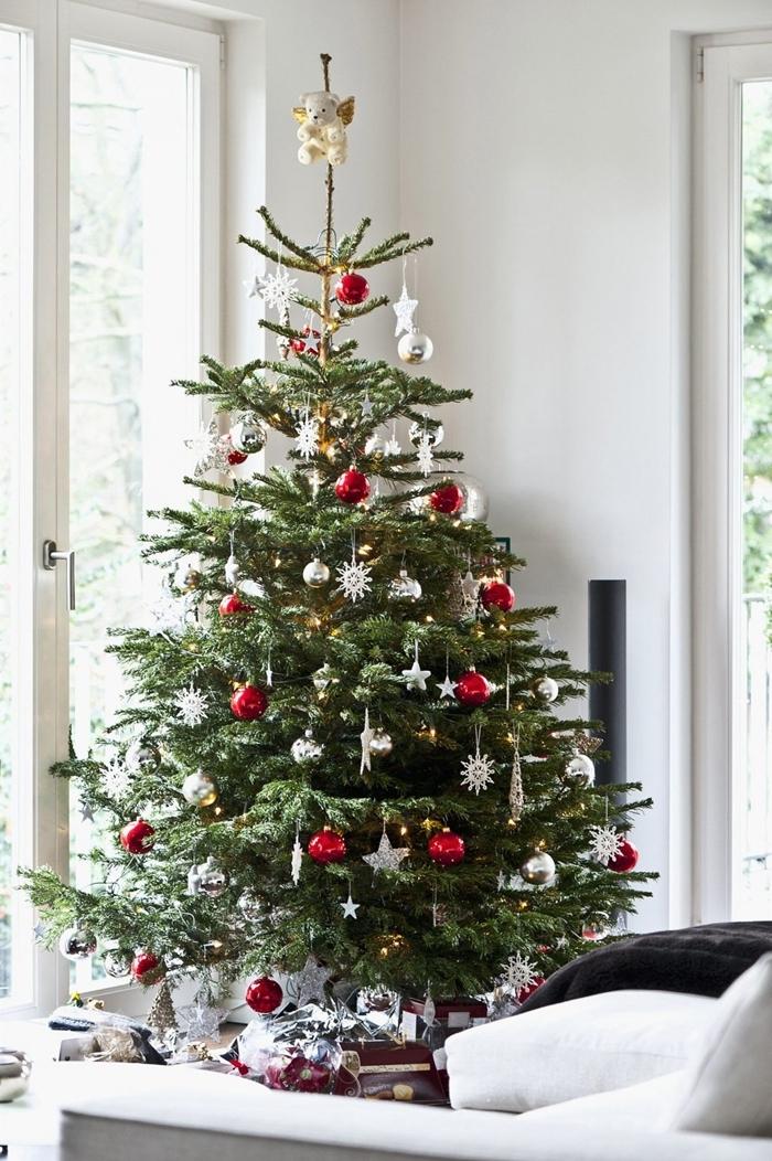 arbre noel style nature déco sur thème sapin de noel rouge et blanc cadeaux emballage papier rouge